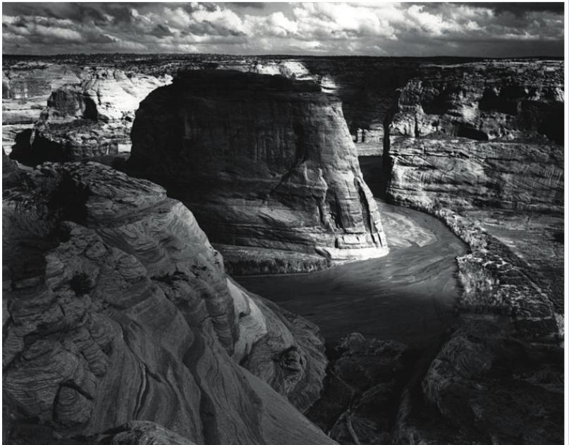 Fotografia de Ansel Adams, 1941. O rigor técnico do fotógrafo faz com que a paisagem seja representada com riqueza de detalhes