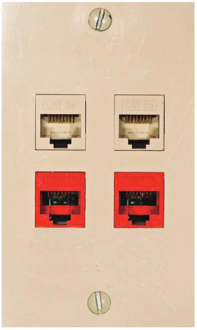 Conector RJ45 fêmea ou Jack fixados ao espelho na parede